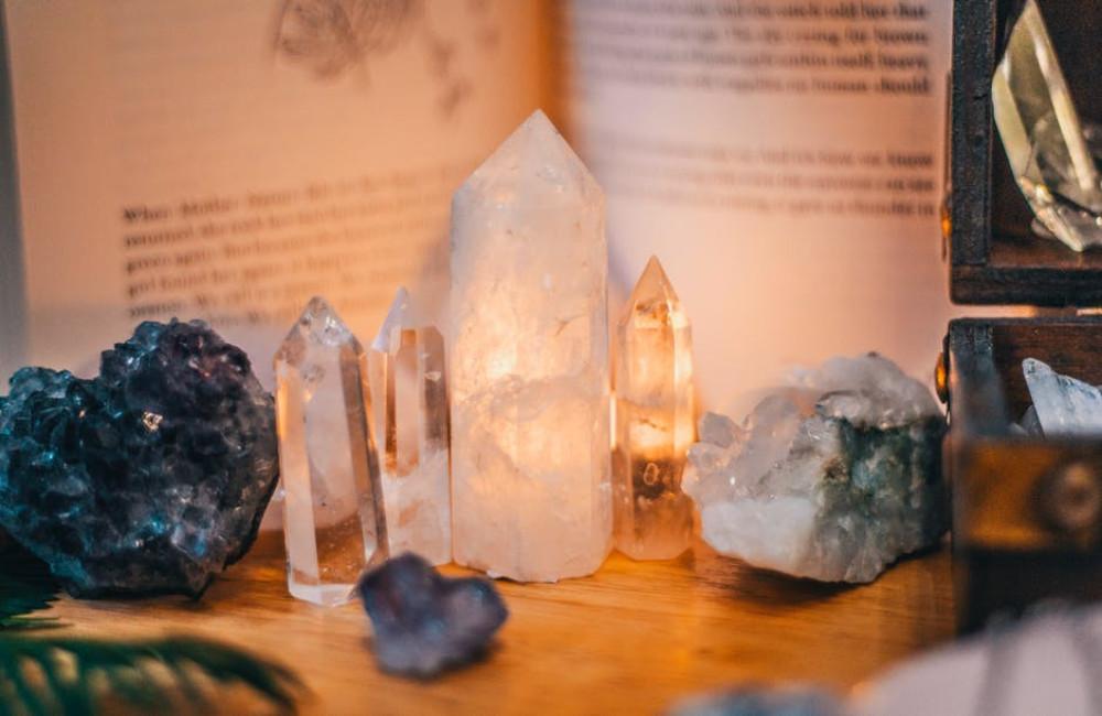 Hoe je kristallen en edelstenen kan gebruiken om je woonkamer gezellig te maken